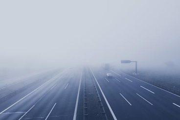 autotoute grise bleuté dans le brouillard