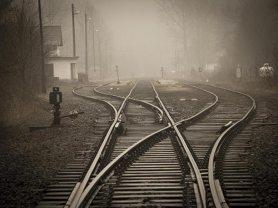 embranchement de rail en cépia et terne sur fond de brouillard